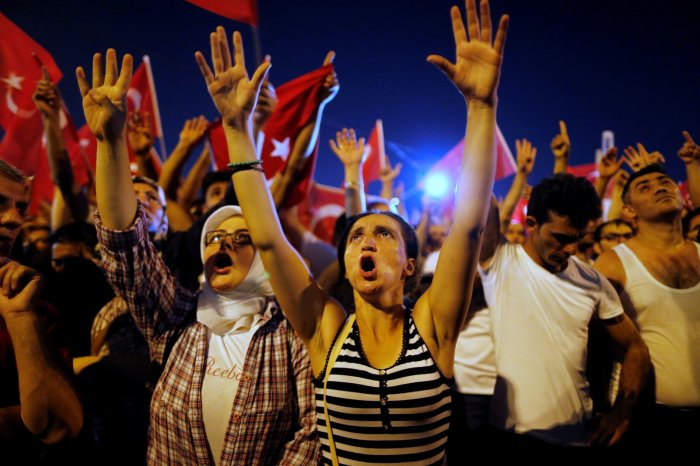 turkey-coup-istanbul-cheering-crowd-2016
